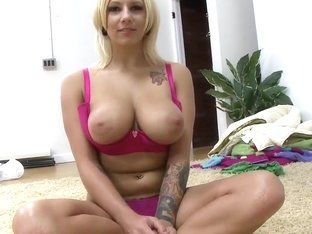 Lylith Lavey puts her round ass on the floor
