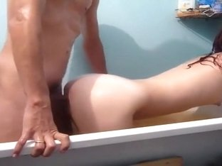 Young pair bonks in bathtub