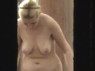 Window amateur camera gets good view of chubby ass