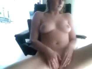 Dirty bimbo tests her cam