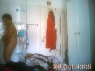 Neue Putzfrau nimmt eine Dusche