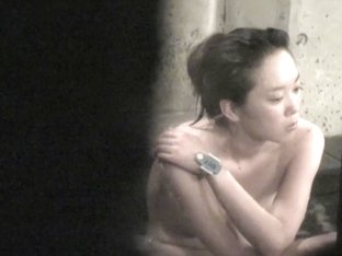 I am spying nude Asian teen from behind the shower door nri073 00