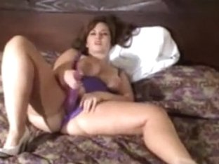 Stunning chubby woman toying her twat with a purple dildo