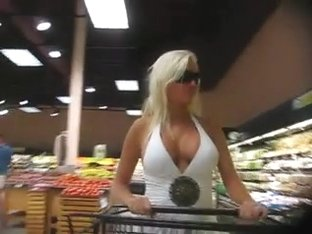 Damned ! Huge boobs at the supermarket