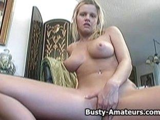 Lisa Neils masturbates her muff with sextoy