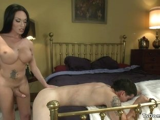 Huge dick tranny bangs wet mouth dude