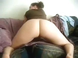 big butt slut shakes her sexy big arse on the couch