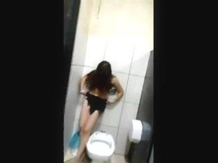 Novinha bebada metendo no banheiro da festinha