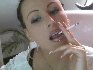 Lady whit lengthy nails smoke
