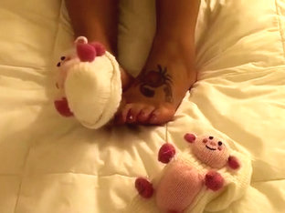 This insanely horny camgirl loves exposing her freaking awesome feet