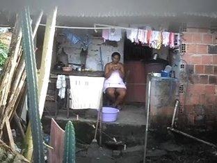 Flagra vivinha lavando roupa só de toalha