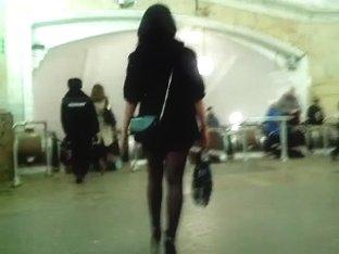 Sexy legs im metro 2 Sexy Beine in der U-Bahn 2