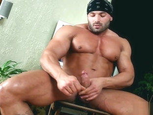 Beafed muscle stud jerking off part5