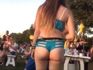 Teen with nice butt cheeks jiggling