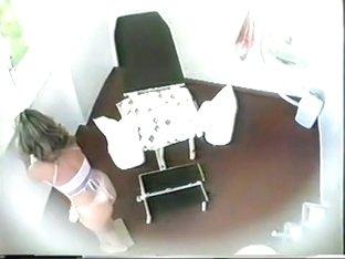 Pantieless gal climbs the gynecologist