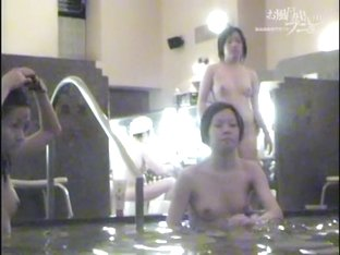 Voyeur shower cam catches thick bushes of Asian girls 03036