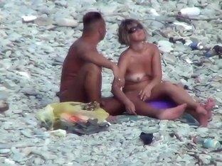 Voyeur. Guy with tanned ass fuck a woman at a public beach