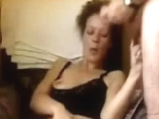 MILF presents a handjob in the free online sex chat