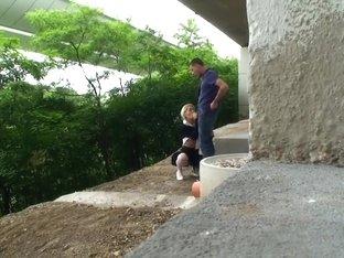 Pikverslindende tienerslet onder de snelweg