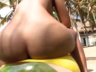 Great Latina bombshell Pamela fingered at the open air by excited friend