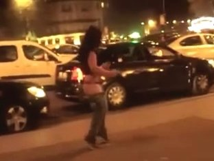 Wench Strips Off In The Street & Gives Everyone A Free Show