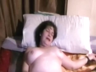 I am rubbing my old cunt in my amateur chubby porn