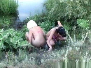 2 girls peeing