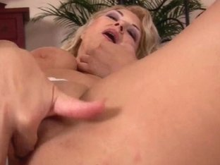 Curvy grandmother works her old cum-hole with fingers