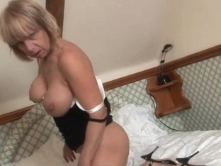 Older British pornstar Jane Bond boffs her snatch