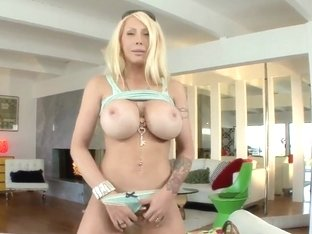 Candy Manson takes her clothes and sucks a cock