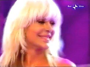 Blonde singer and her nasty nipple