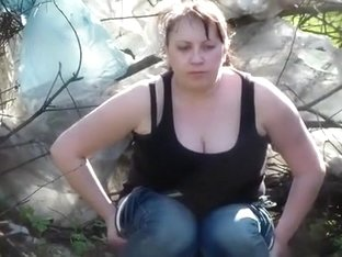 Curvy chick takes a powerful pee in the park