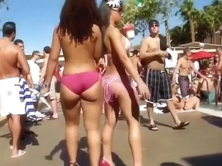 Real sex bombs have their butts revealed thanks to their bikinis