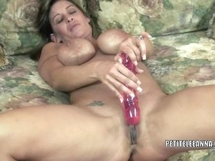 Older playgirl Leeanna Heart stuffs her love tunnel with a toy