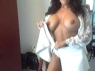Sporty webcam model is very proud of her big tits and booty