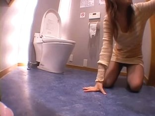 Nice Jap whore takes a big knob in the toilet voyeur video