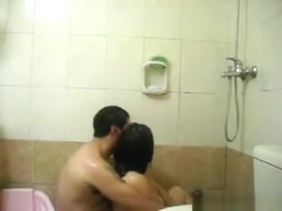 Chubby couple makes a sextape in the bathtub
