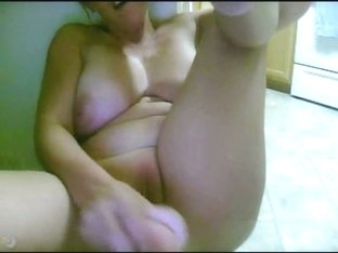 Mature lady masturbates on webcam