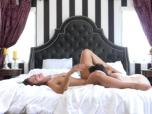 Bodacious beauty Tomi Taylor gets pounded by Manuel Ferrara on the bed