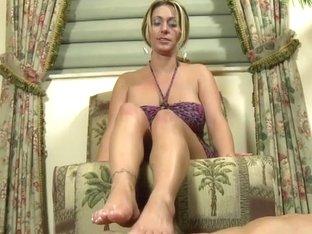 Tattooed Davon James using her sexy feet