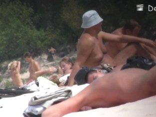 Nudist beach will always show some nice chicks on cam