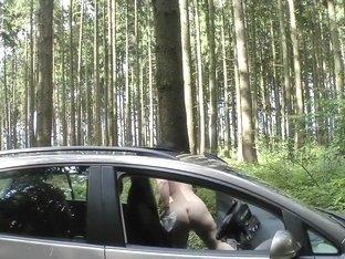 Bigbooty-wife fahrt nackt Auto (mit Pisspause)