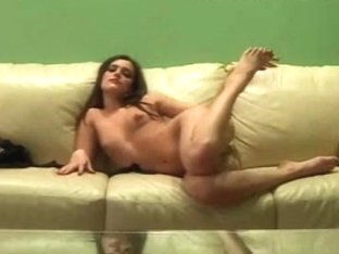 Young slut remains alone at home and doesn't lose time in vain
