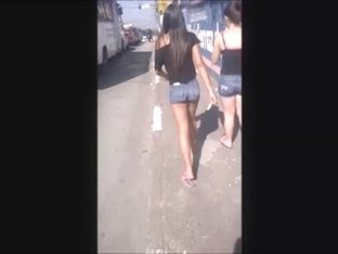 Ninfetinha magrinha de shorts e calcinha socada