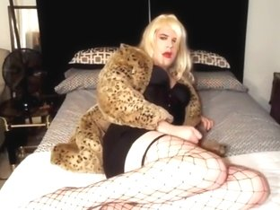 CROSSDRESSER IN FISHNET STOCKINGS - saf