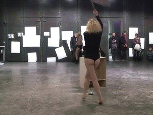 Naked on Stage 90 La Parformance Sarah Cassenti 1