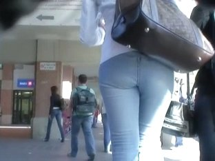Cutie in tight jeans flaunts her ass in a hot candid street video