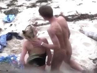 Pair fucking on the beach