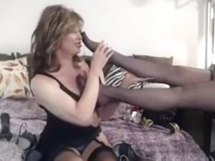Cougar worships nylon feet of her colleague in daybed
